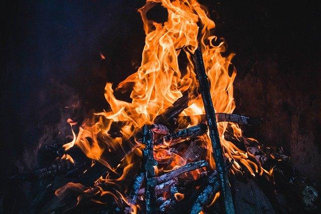 Fire Bonfire Campfire Burning Hot  - MolnarSzabolcsErdely / Pixabay
